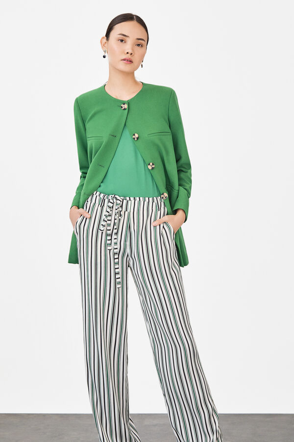 b906001884 Cortefiel Levita con detalle de bolsillos de vivo y botones Verde